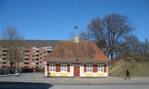 Dét er det lille gule hus på Torvegade. Her er mødestedet.