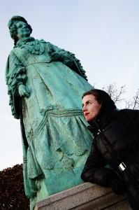 Her står jeg ved Caroline Amalie statuen og ser tænksom ud. Du er også meget velkommen til at komme med på en tur og gøre det samme! Foto: Anja Gaard Olsen